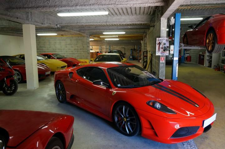 Zoom sur une voiture Ferrari à l'intérieur du garage Meca-Passion.